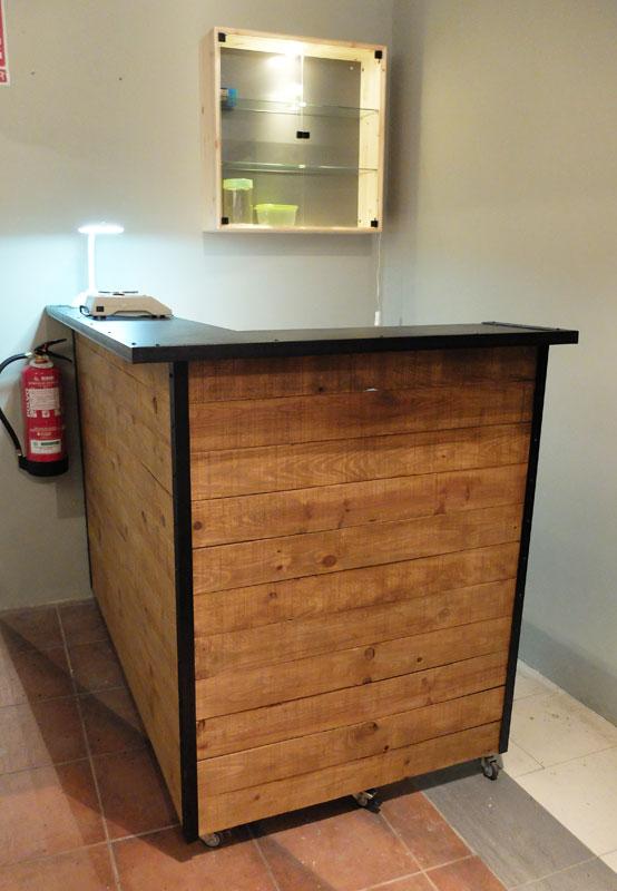 Mostradores y r tulos barcelona r tulos de madera for Muebles industriales madera y hierro